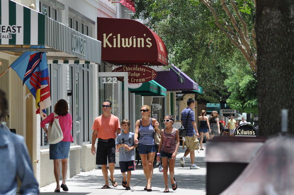 Park Avenue is speckled with high-end boutiques, fine dining and lush public spaces. (©City of Winter Park)